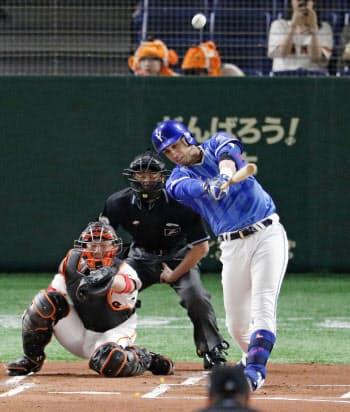 1回DeNA1死一塁、ソトが左越えに先制2ランを放つ。捕手炭谷(22日、東京ドーム)=共同