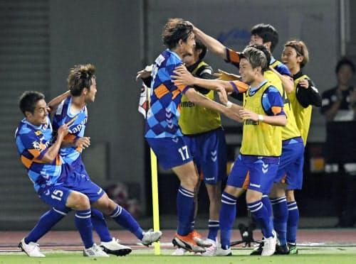 長崎―横浜M 後半、ゴールを決めた長谷川(中央)と喜ぶ長崎イレブン(22日、トラスタ)=共同