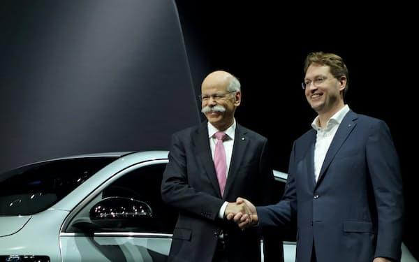社長として最後の株主総会に臨むダイムラーのディーター・ツェッチェ氏(左)と新社長のオラ・ケレニウス氏(22日、ベルリン)
