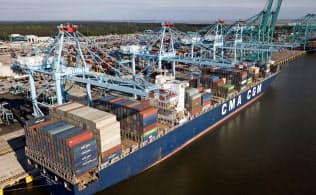 中国からの輸入品を詰み、米ノーフォークの港に着いた貨物船=AP