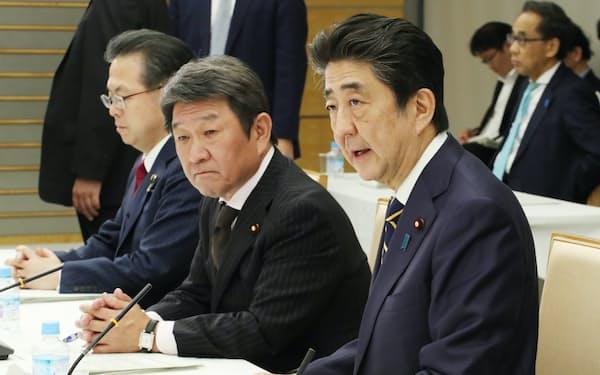 経済財政諮問会議であいさつする安倍首相(14日、首相官邸)