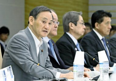 サイバーセキュリティ戦略本部の会合であいさつする菅官房長官(23日午前、首相官邸)=共同