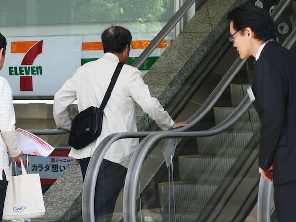 セブン&アイ・ホールディングスの株主総会に向かう株主ら(23日午前、東京都千代田区)