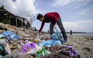 プラスチックごみで汚染されたインドネシア・スマトラ島の海岸=AP