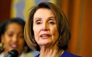 ペロシ米下院議長はトランプ大統領の弾劾発議の条件として世論の支持を求める(22日、ワシントン)=ロイター