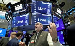 5月10日、上場されたウーバーテクノロジーズの株価を告げるニューヨーク証券取引所の担当者=ロイター