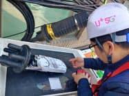 5Gの通信設備を点検するLGユープラスの作業員(韓国ソウル)