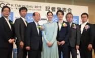 TGC北九州2019発表会に出席したモデルの新木優子さん(中)ら(22日、北九州市)