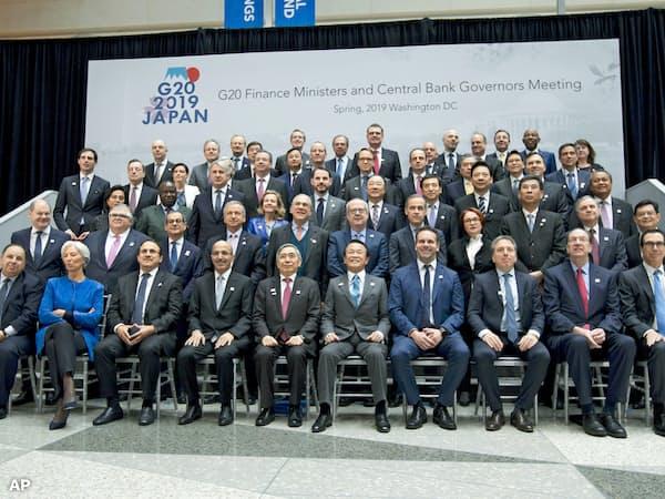 集合写真に並ぶG20の財務相、中央銀行総裁ら(ワシントン、前列中央に麻生財務相、黒田日銀総裁)=AP