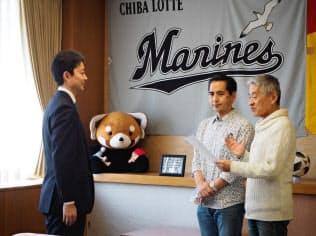 同性カップルが千葉市の熊谷俊人市長(左)にパートナーシップの宣誓をした(1月、千葉市役所)