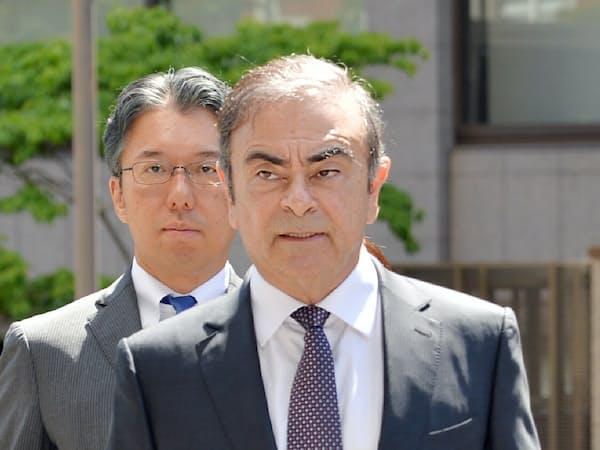 公判前整理手続きのため東京地裁に入るカルロス・ゴーン元会長(23日、東京都千代田区)