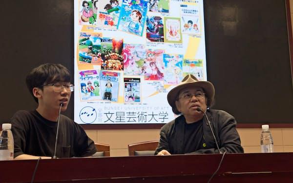 南広学院で講演する文星芸大の田中教授(右)(22日、中国・南京)