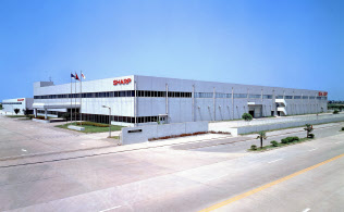 シャープは今夏以降、米国向けの複合機の生産を中国からタイの工場へ移す方針だ(写真は中国・江蘇省の複合機工場)