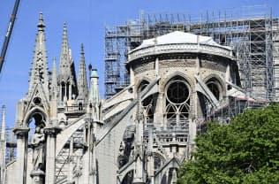 保全作業が続くノートルダム寺院(13日、パリ)=共同