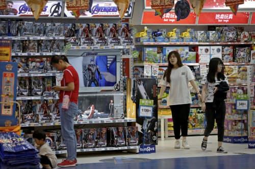 米中による追加関税は消費者に跳ね返るおそれがある(23日、北京の玩具店)=AP