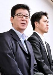 大阪都構想についての協議を終えて記者の質問に答える大阪維新の会の松井一郎代表(左)と吉村洋文政調会長(23日、大阪市北区)