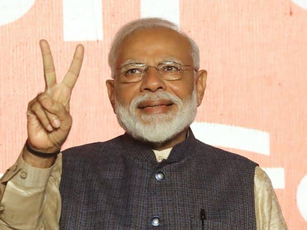 再選を確実にし、Vサインをするインドのモディ首相(23日、ニューデリー)=三村幸作撮影