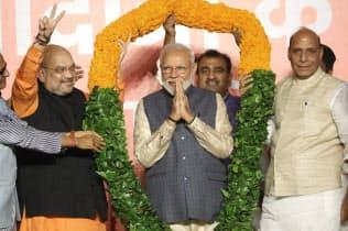 再選を確実にし、祝福を受けるインドのモディ首相(中)(23日、ニューデリー)=三村幸作撮影