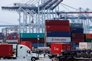 中国からの積み荷が集まるロサンゼルス港(=ロイター)