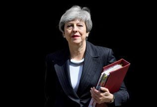 英メディアは一斉に、メイ首相が辞任時期を表明するのは近いと報じている=ロイター