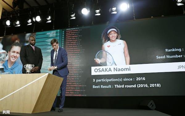 全仏オープンテニスの組み合わせ抽選で、画面に映し出された大坂なおみの映像(23日、パリ)=共同