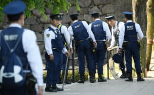 トランプ米大統領の来日を控え、宿泊先のホテル周辺を警戒する警察官(24日午前、東京都千代田区)