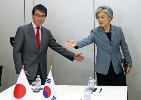 23日、韓国の康京和外相(右)と会談に臨む河野外相(パリ)=AP
