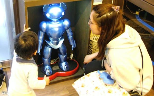 保育ロボット「ビーボ」にペンダントをかざせば登降園時刻が記録される(東京都豊島区の「あい・あい保育園東池袋園」)