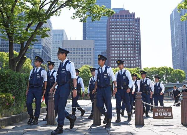 トランプ米大統領の来日を控え、皇居周辺を警戒する警察官(24日午前、東京都千代田区)