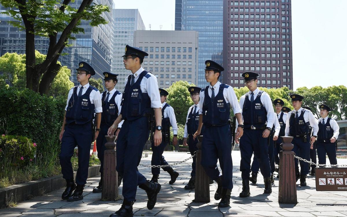皇居周辺を警戒する警察官
