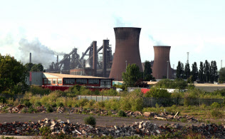 再び危機を迎えた、英鉄鋼大手ブリティッシュ・スチールの製鉄所(英国中部・スカンソープ)=ロイター