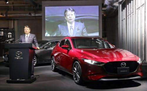 新型車「マツダ3」を発表するマツダの丸本社長(24日、東京都品川区)