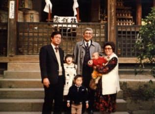 祖父の嘉之助さん(中央後ろ)、父の芳史さん(左)らとの記念写真(中央前が芳嗣さん)