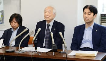 記者会見する漁業者側弁護団の馬奈木昭雄団長(中央)ら(24日、福岡市)=共同