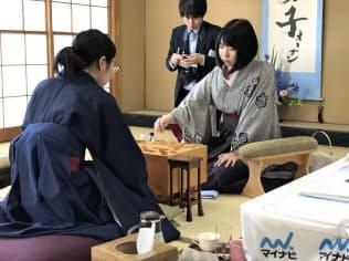 里見香奈女流王座(左)の挑戦を退け、防衛を果たした西山朋佳女王(22日、東京・千駄ケ谷の将棋会館)