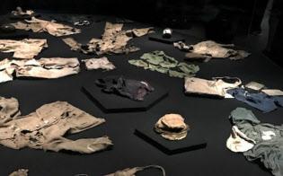 名札のついた衣類やカバンなどが惨事の実相を語る(広島市の原爆資料館で)