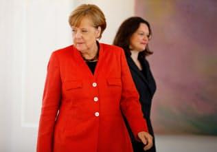 連立相手の社会民主党のナーレス党首(右)が引責辞任に追い込まれれば、メルケル首相は窮地に立つ(写真はロイター)