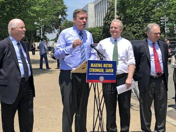 中国中車の入札を阻止する法案について説明する民主党のワーナー上院議員(左から2番目)ら(23日、ワシントン)