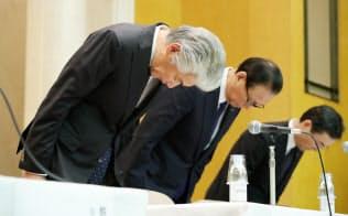 記者会見で頭を下げる野村ホールディングスの永井グループCEO(左)ら(24日、東京都中央区)