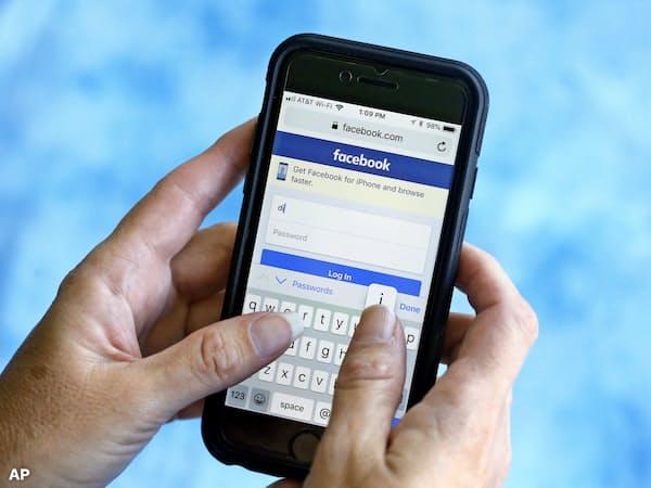 第三者にデータを販売する場合は顧客が簡単に拒める特設サイトが必要になる(フェイスブックのログイン画面、AP)