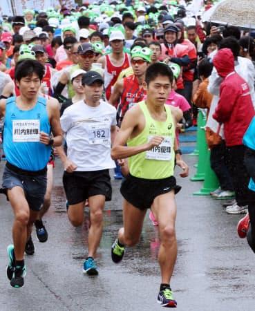 「川内の郷かえるマラソン」で弟の鮮輝(左)とともにスタートする川内優輝(4月30日、福島県川内村)