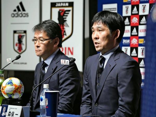 南米選手権に臨む日本代表メンバーを発表する森保監督(右)=共同