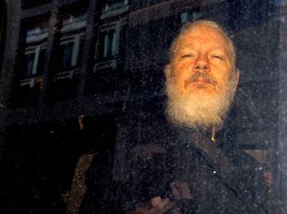 アサンジ被告は米政府の機密情報を次々と明らかにした(4月、ロンドン)=ロイター