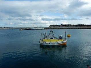 海の深さや放射線などを測定できる無人船(日本原子力研究開発機構提供)