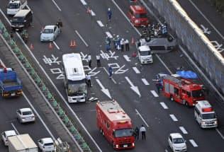 名神高速道路上り線で発生したバスと車が絡む事故の現場(24日、滋賀県草津市)=共同