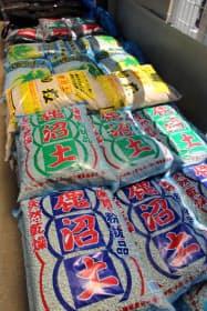 鹿沼土は園芸用に広く使われている(23日、宇都宮市内のホームセンターのカンセキ駅東店)