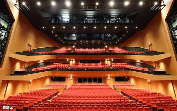 舞台を包み込むように配置した赤い座席が印象的(完工した豊島区立芸術文化劇場)