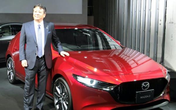 新型車を披露するマツダの丸本社長(24日、東京都品川区)
