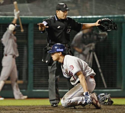 5回楽天無死三塁、打者小郷のとき、オリックス・山岡の暴投で三走辰己が勝ち越しの生還(24日、楽天生命パーク)=共同
