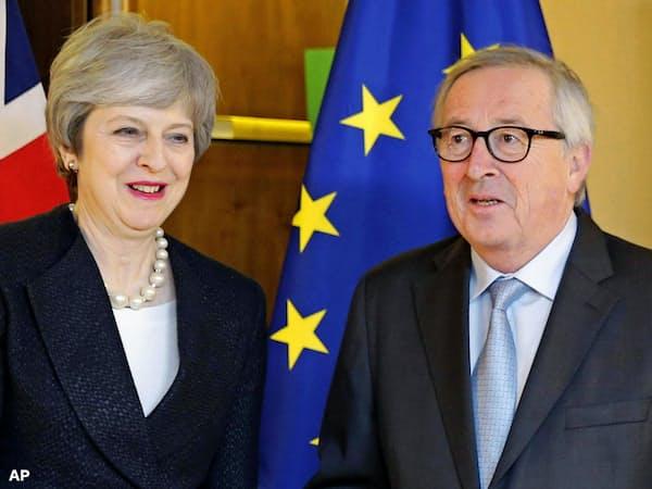 メイ英首相(左)とユンケル欧州委員長=AP